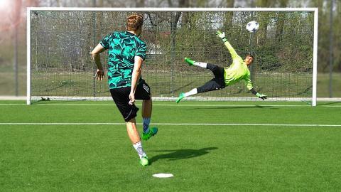 freekickerz vs. Raphaël Guerreiro (Borussia Dortmund) - Penalty Challenge