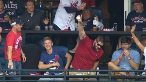 ALCS Gm2: Fan makes excellent catch in upper deck