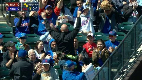 MIA@NYM: Dad snags foul ball, son gives him big hug