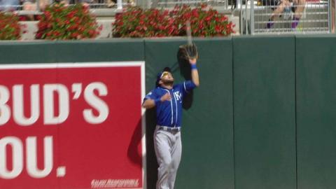 KC@MIN: Gordon makes a great catch at left-field wall