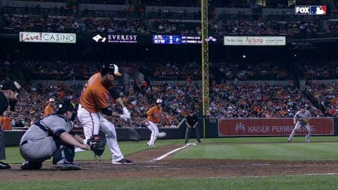 NYY@BAL: Hardy singles in Wieters to break the tie