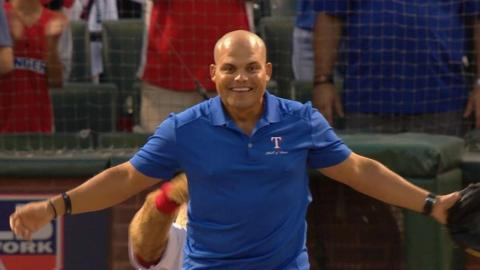 TOR@TEX Gm3: Mayor throws first pitch to 'Pudge'