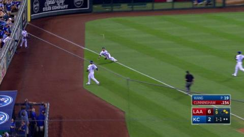 LAA@KC: Gordon dives to make a spectacular catch