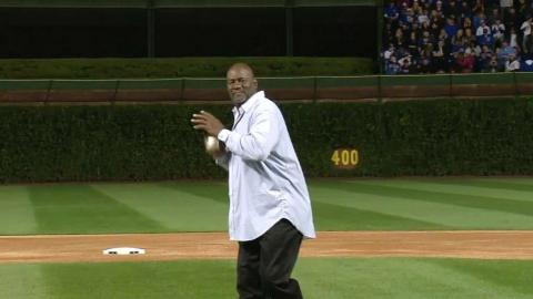 SF@CHC Gm2: Lee Smith throws out first pitch