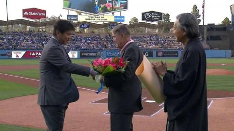 PHI@LAD: Nomo presents O'Malley with flowers