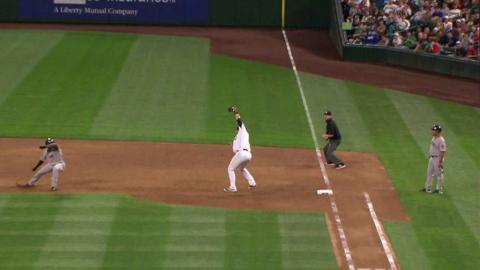 BOS@SEA: Lee makes jumping grab, tags first for DP
