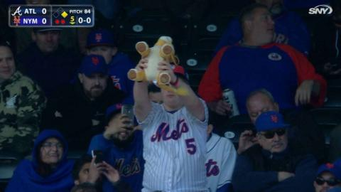 ATL@NYM: Fan raises Simba for Cespedes' at-bat