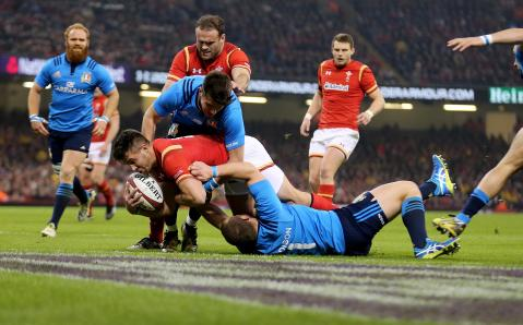 Rhys Webb scores a try after sniping run! | RBS 6 Nations