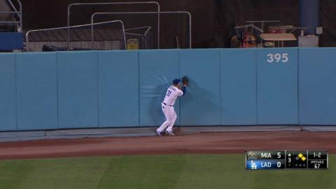 MIA@LAD: Pederson makes a jumping catch at the wall