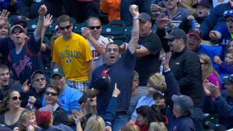 TOR@MIN: Twins fan catches foul ball with his hat