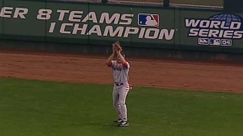 WS 2004 Gm4: Kapler catches fly ball for first out