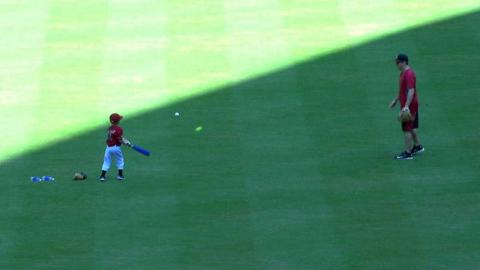 SD@ARI: Pennington pitches to son on Father's Day