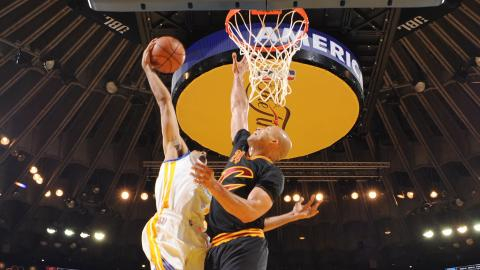 Shaun Livingston Posterizes Richard Jefferson!