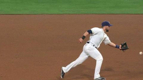 ARI@SD: Schimpf flips from his glove for the out