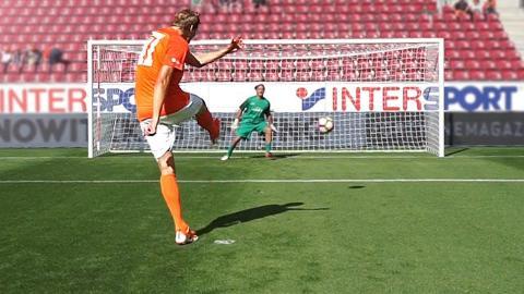 Penalty Challenge vs Dirk Nowitzki & Pro Bundesliga Keeper