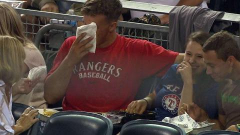 TEX@SD: Foul ball lands in fan's food, making a mess