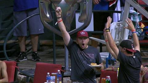PHI@ARI: Fan catches home run while holding food