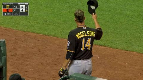 PIT@SF: Giants fans applaud Vogelsong as he exits