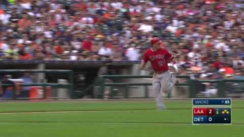LAA@DET: Simmons brings in Trout with a sac fly