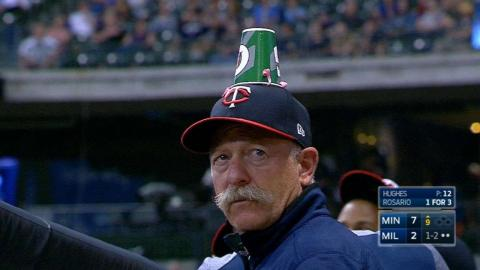MIN@MIL: Twins players prank coach with cup on head