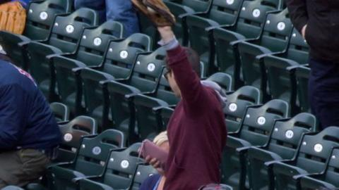 KC@MIN: Fan snags foul ball with purse in other hand