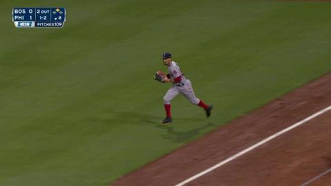 BOS@PHI: Betts runs a long way to make a great catch