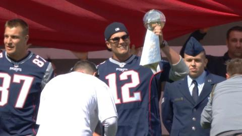 PIT@BOS: Tom Brady tosses out ceremonial first pitch