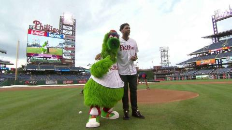 MIL@PHI: Okafor tosses the ceremonial first pitch