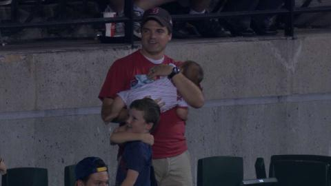 BOS@BAL: Dad with baby in arms gets foul ball