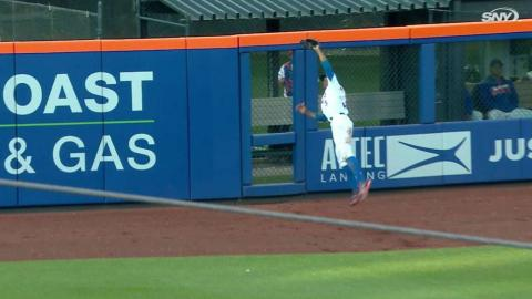 SF@NYM: Granderson makes jumping catch at the wall