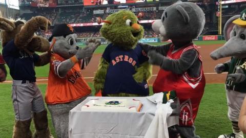 OAK@HOU: Orbit celebrates birthday with friends